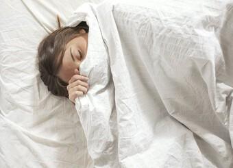 Nửa đêm tỉnh giấc, bố nhẹ nhàng đắp chăn cho con gái nhưng hành động với con trai khiến ai cũng ngỡ ngàng