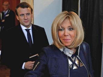 """Tổng thống Pháp lại """"gây bão"""" MXH với khoảnh khắc cưng nựng trẻ con rồi nhận về cái kết đắng lòng"""