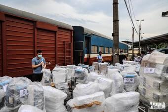 """[ẢNH] Cận cảnh máy thở hiện đại """"đi tàu"""" từ Hà Nội vào chi viện bệnh viện dã chiến ở TP HCM"""