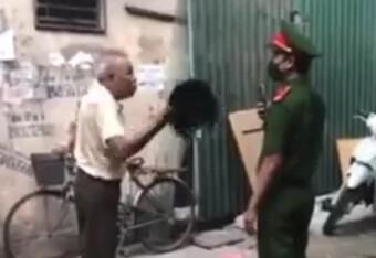 Không đeo khẩu trang phòng dịch Covid, người đàn ông hung hãn cầm mũ cối đánh vào mặt chiến sỹ Công an