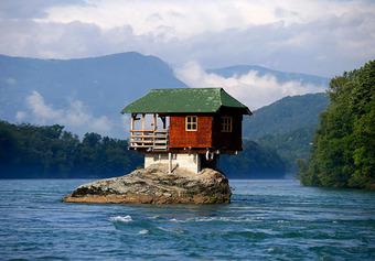Ngôi nhà kỳ lạ trên mỏm đá, cô độc giữa núi rừng, biết được lý do xây dựng ai cũng ngỡ ngàng