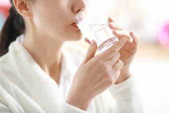 """Bác sĩ mách công thức uống nước """"Trọng lượng x 35"""" và cách giúp hạ sốt, giảm tác dụng phụ sau khi tiêm vắc xin Covid-19"""