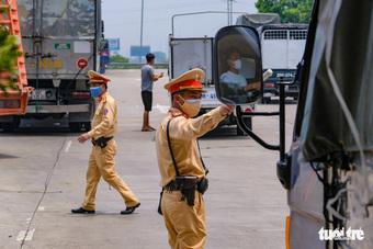 Nhiều tài xế phải quay đầu vì không có giấy xét nghiệm tại chốt kiểm soát vào Hà Nội