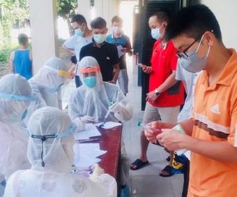 Bộ Y tế tăng cường nhân lực hỗ trợ 12 tỉnh miền Tây Nam Bộ chống COVID-19