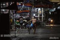 Tiểu thương chợ Phùng Khoang hối hả thu dọn hàng trong đêm sau khi một phụ nữ bán rau dương tính SARS-CoV-2
