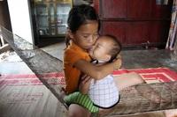 2 bé mồ côi và người cha khốn khổ được bạn đọc giúp đỡ hơn 240 triệu đồng