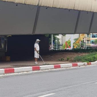 Hà Nội: Đánh golf dưới gầm cầu vượt, người đàn ông bị phạt tiền