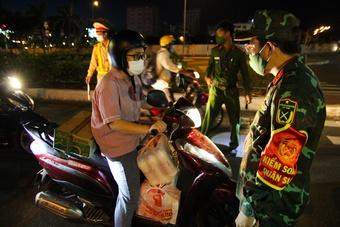 Người dân Đà Nẵng lúng túng với giấy thông hành giờ giãn cách xã hội