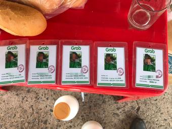 Một người giao hàng mua 6 thẻ ''hành nghề'' Grab giả để ''thông chốt''