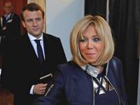 Tổng thống Pháp lại 'gây bão' MXH với khoảnh khắc cưng nựng trẻ con rồi nhận về cái kết đắng lòng
