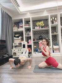 Vợ chồng Minh Nhựa, Mina Phạm chăm tập thể dục khi ở nhà giãn cách