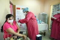 Sri Lanka cán mốc tiêm 10 triệu liều vaccine phòng ngừa COVID-19