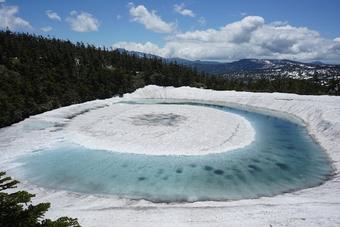 """Kỳ lạ hồ nước biến thành """"Mắt rồng"""" chỉ trong một đêm ở Nhật Bản"""