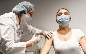 """Nhiều nước thay đổi chiến lược tiêm vaccine Covid-19 theo hướng """"cây gậy và củ cà rốt"""""""