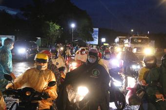 Trắng đêm phát nhu yếu phẩm cho hàng ngàn người về quê tránh dịch