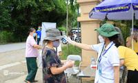 """Ảnh: Người dân nghèo phấn khởi tới """"siêu thị 0 đồng"""" đầu tiên tại Hà Nội"""