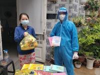 Tình nguyện viên giúp gia đình F0 ở TP.HCM chăm chó cưng