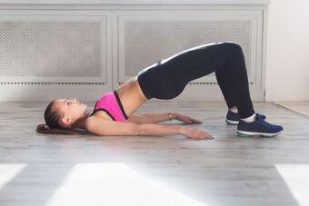 5 bài tập giảm mỡ và chống đau lưng khi ở nhà dài ngày