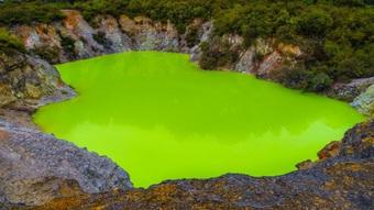 """Kỳ lạ nước xanh lá cây được mệnh danh là """"phòng tắm của quỷ"""""""