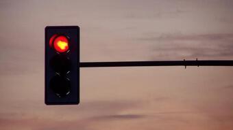 Khi dừng đèn đỏ, có nên tắt máy không, nếu tắt có giúp tiết kiệm xăng không? Nhiều người vẫn làm mà không hề biết