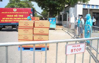 Hàng trăm túi hàng '0 đồng' đến tay công nhân Hà Nội ở trong khu phong tỏa
