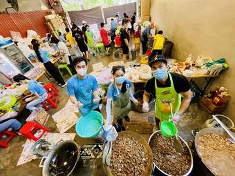 Bố đơn thân ở TP.HCM sáng nấu cơm cho bác sĩ, chiều hỗ trợ người nghèo