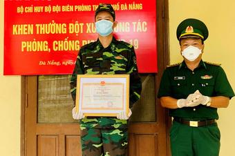 Người lính trong bức hình 'Má đừng ngại, cứ ôm lấy con': ''Đó là tình thương''
