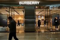 Hãng Burberry bùng nổ doanh thu nhờ sức mua của giới trẻ