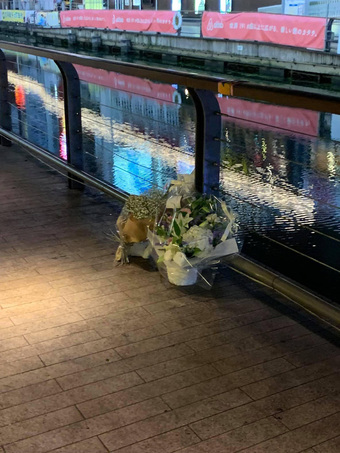 Xúc động những nhành hoa trắng được đặt tại nơi nam thanh niên người Việt bị hành hung, đạp xuống sông tử vong ở Nhật Bản