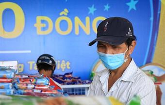 Người Sài Gòn cầm 'tấm vé nghĩa tình' mua thực phẩm miễn phí: Dịch này không lo đói