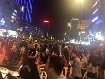 """Đúng ngày này 6 năm trước có trận """"đại náo"""" ở phố đi bộ Nguyễn Huệ, huyền thoại ảnh chế của Linda từ đây mà ra!"""