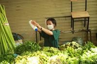 Nhà hàng, quán ăn chuyển sang bán hàng thiết yếu trong mùa dịch để tồn tại