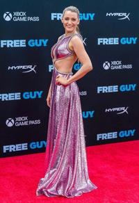 Vợ chồng tài tử Ryan Reynolds tình tứ trên thảm đỏ ra mắt phim ''Free Guy''
