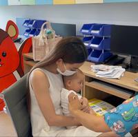 Hồ Ngọc Hà đưa 2 nhóc đi tiêm phòng: Chị cười - em khóc