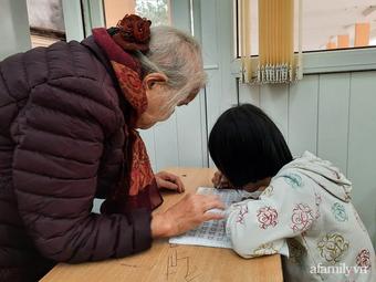 """Bà giáo già và hành trình mang con chữ đến với những đứa trẻ bất hạnh: """"Đến mình còn từ chối thì ai sẽ giúp các con"""""""