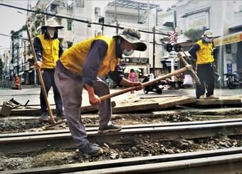 Công nhân Sài Gòn miệt mài sửa chữa đường tàu Bắc Nam giữa ngày giãn cách