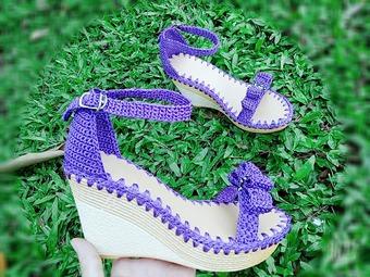 """Chỉ với cây móc và cuộn chỉ, người phụ nữ dồn tâm huyết tạo ra những đôi giày, chiếc túi xách """"đẹp từng centimet"""""""