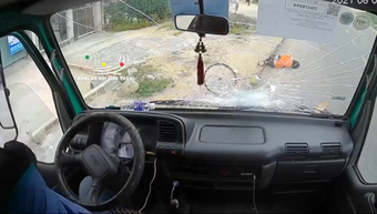 """Vừa lái xe vừa ăn bánh mì, tài xế """"chết đứng"""" khi tai nạn kinh hoàng xảy ra chỉ sau tích tắc"""
