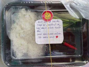 Hoa hậu H''Hen Niê chuẩn bị những hộp cơm đầy ắp tình cảm cho tuyến đầu chống dịch Covid-19