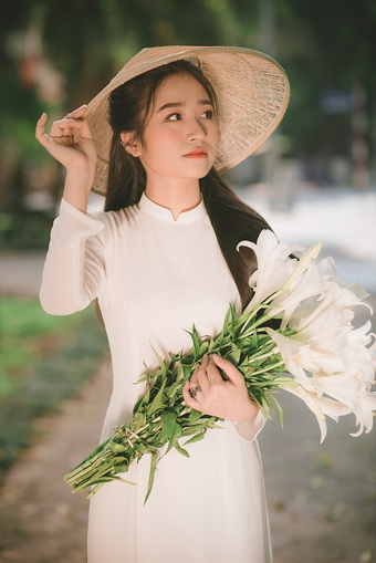 Thiếu nữ ghi điểm với vẻ đẹp mộc mạc bên hoa loa kèn