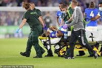 Ngôi sao trẻ Leicester gãy chân kinh hoàng khi đối thủ vào bóng thô bạo
