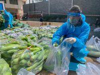 Hai chị em ''Hoàn vũ'' Khánh Vân - Kim Duyên giản dị làm từ thiện trên ''chuyến xe thực phẩm 0 đồng''