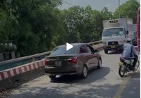 Lấn làn ngược chiều thay vì xếp hàng, tài xế xe con phải đi lùi cả chục mét