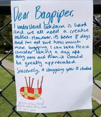 Bực bội vì hàng xóm chơi kèn suốt 8 ngày giãn cách xã hội, nữ sinh để lại lời nhắn hài hước