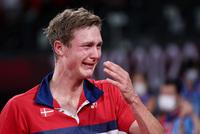 Tay vợt Đan Mạch không thể ngừng khóc sau khi đánh bại ĐKVĐ Olympic người Trung Quốc ở chung kết cầu lông đơn nam