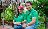 """Bỏ việc bao người mơ ước, cặp vợ chồng trẻ về quê """"mát xa"""" cho hoa dừa, kiếm tiền tỷ mỗi năm"""