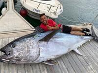 Câu được con cá ngừ nặng hơn 300 kg