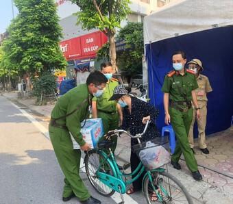 Hà Nội: Xúc động hình ảnh cụ bà đạp xe chở nước tiếp sức cho chốt phòng chống dịch Covid-19