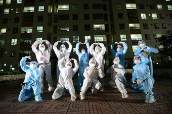 Mùa dịch lười nhận show nhưng Tóc Tiên lại tình nguyện mặc đồ bảo hộ đi hát ở bệnh viện dã chiến