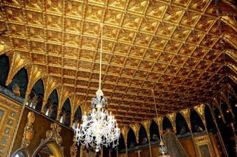 Cận cảnh biệt thự nguy nga nơi Donald Trump ở sau khi rời Nhà Trắng, riêng phòng khiêu vũ cũng được dát 7 triệu đô vàng lá